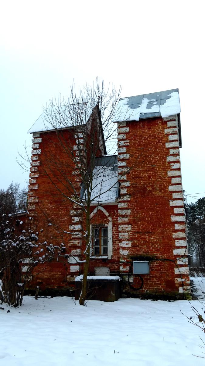 """По легенде """"Готический домик"""" был сооружен по рисунку одного из детей Волконских  в 1820-е гг."""