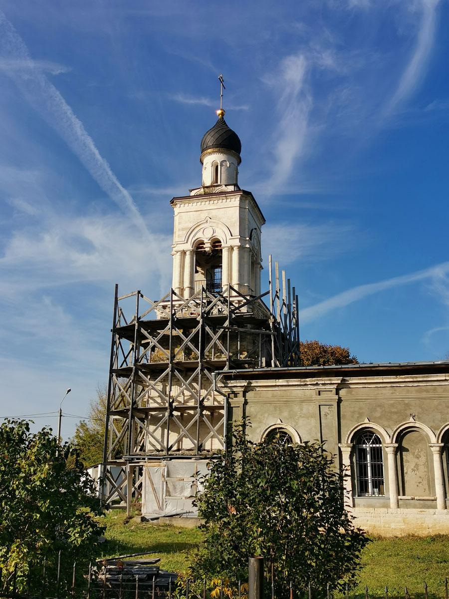 Каменная колокольня была перестроена в 1822 г. Новую колокольню возвели в четыре яруса.