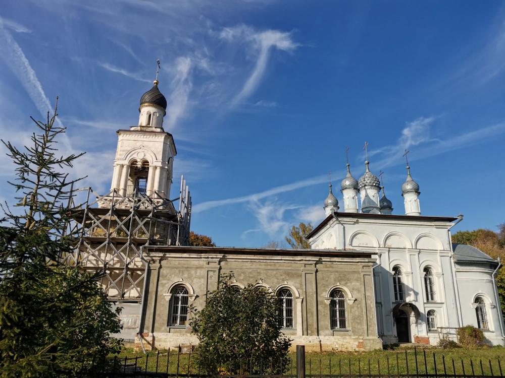 Одноэтажную каменную церковь Знамения Пресвятой Богородицы с приделами во имя святителя Николая и преподобного Сергия Радонежского построил в 1749 г. князь Сергей Михайлович Долгорукий.