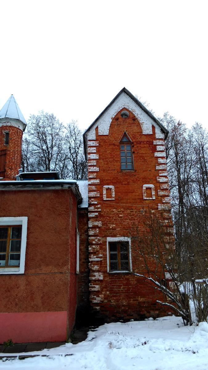 Раннее, там где сейчас стоят гостевые дома, были башни в том же псевдоготическом стиле.