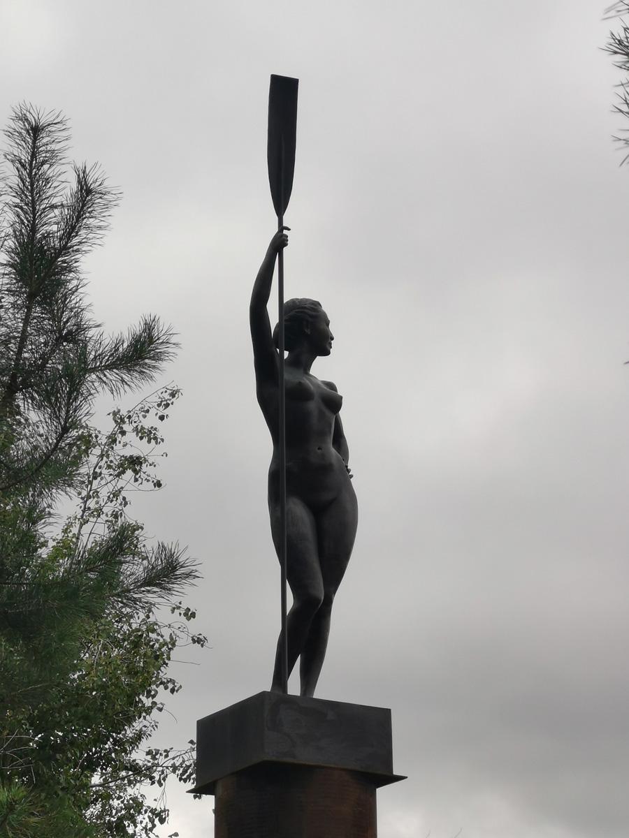Девушка с веслом. Копия шадринской физкультурницы.