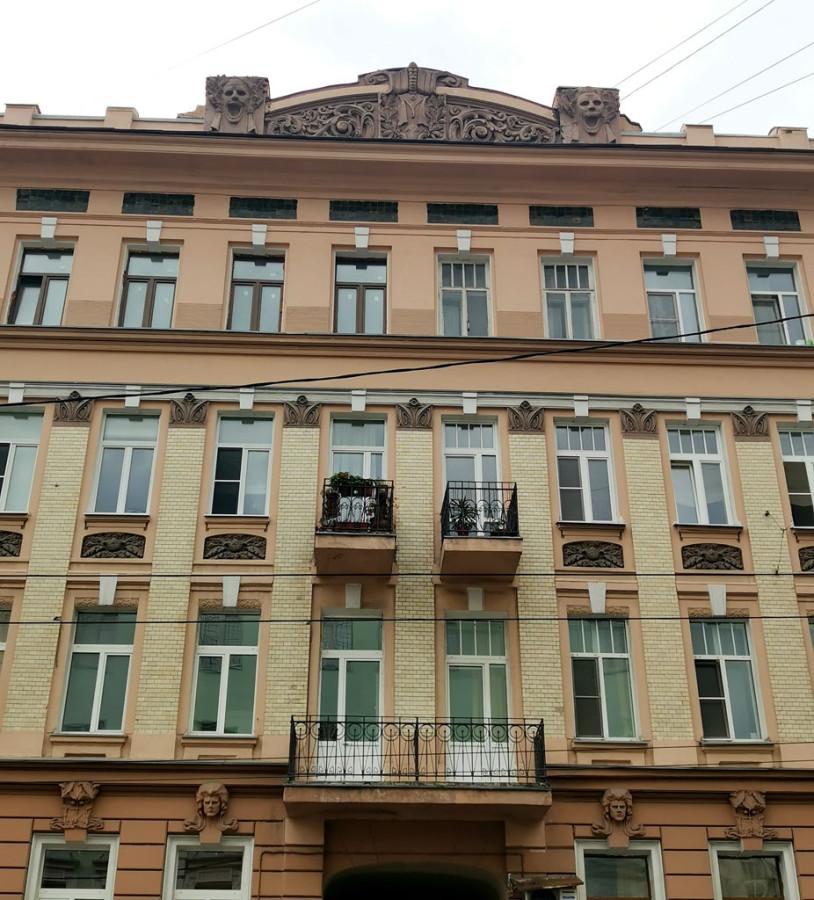 Доходный дом М. А. Мальцева. Построен в 1905 году в стиле модерн с двумя большими эркерами, красивым рисунком балконов и с мрачными масками-уродами. Архитектор Н. Н. Жерихов.