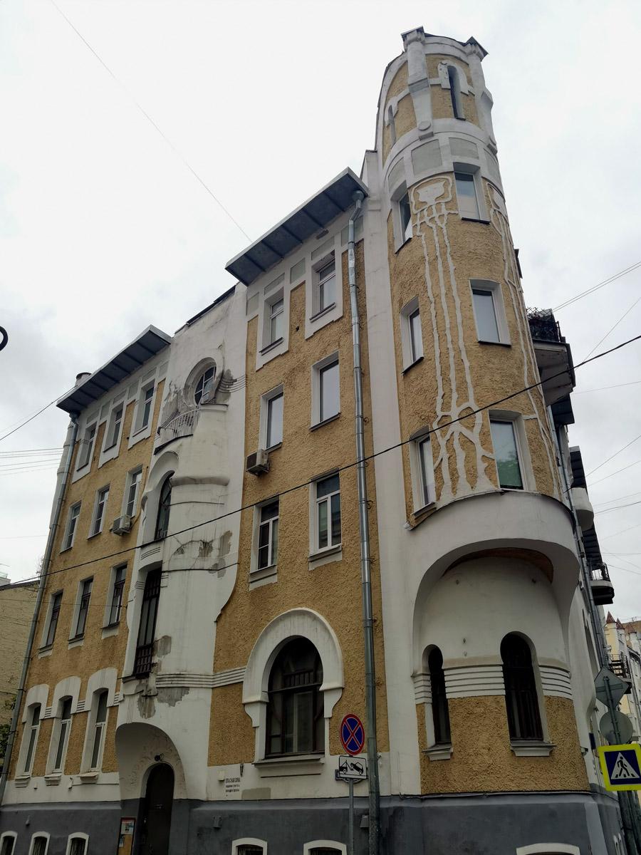 Доходный дом Н.Г. Тарховой. Построен по проекту архитектора Г.И. Макаева в 1903—1904 годах.