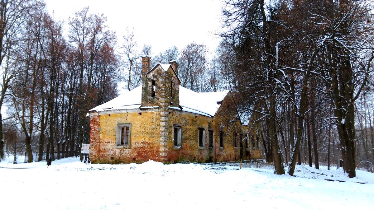 Но это не единственное здание усадьбы в готическом стиле. Рядом расположен Дом Управляющего.