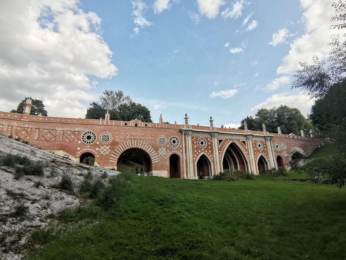 Большой («Готический») мост через овраг. Сооружен в 1778 и 1784–1785 гг. архитектором В. И. Баженовым, за исключением парапета, который Баженов не успел построить. Парапет был выстроен в 1808 г. из кирпича двух разобранных по ветхости «домиков».