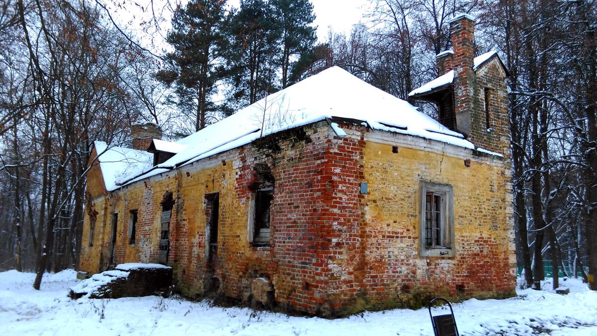 Единственное здание усадьбы, которое не используется под жилье. Надеюсь, здание дождется реставрации...