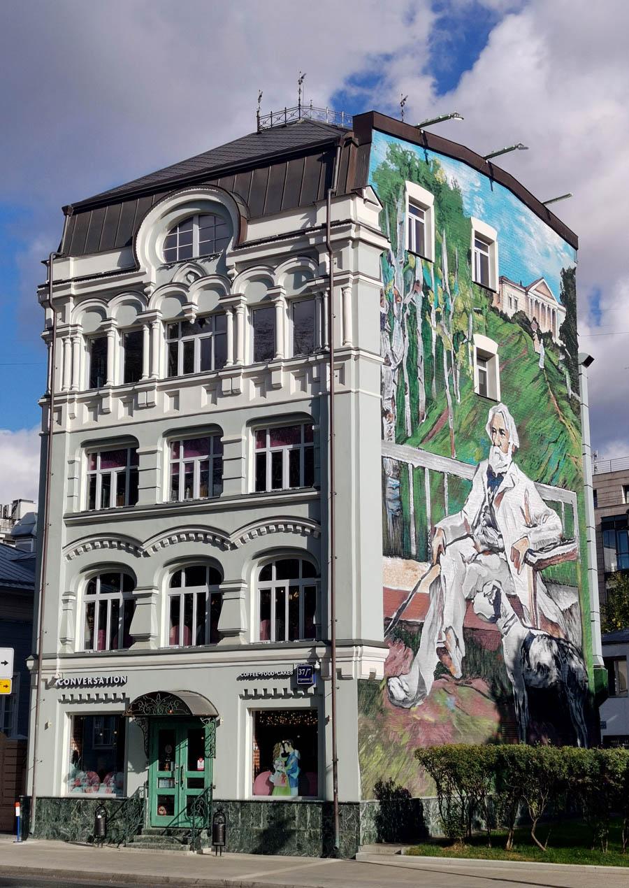 Четырехэтажное здание, построенное по проекту архитектора Н. И. Какорина в 1901 году для складирования и продажи вещей, пожертвованных Московскому совету детских приютов.