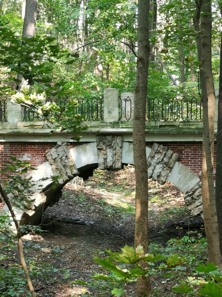 Большой гротесковый мост построен по проекту архитектора И. В. Еготова в 1806–1807 гг. на месте разобранного каменного моста 1795 г. постройки.