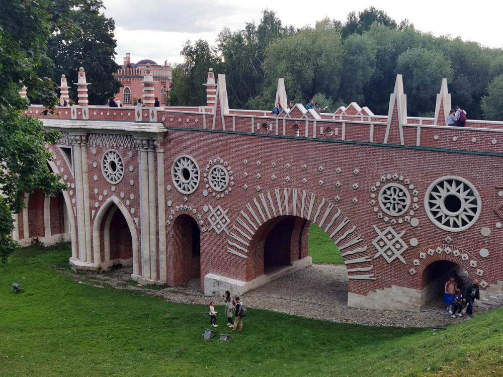 Большой («Готический») мост сооружен в 1778 и 1784–1785 гг. архитектором В. И. Баженовым, за исключением парапета, который Баженов не успел построить.