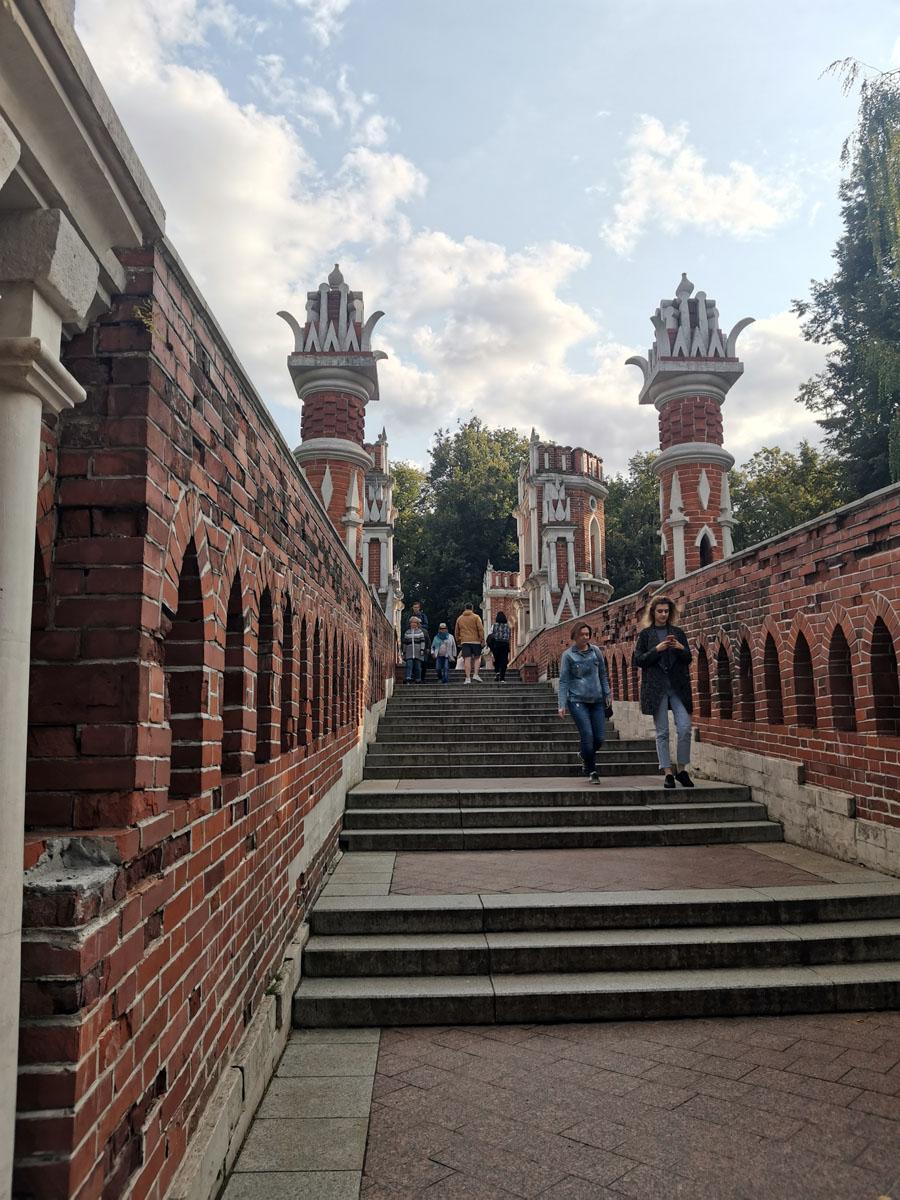 Фигурный мост одновременно служит и парадными воротами ансамблясо стороны прудов, и частью аллеи Березовой перспективы — одной из основных осей Царицынского ансамбля.