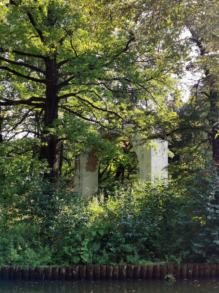Верхний остров Верхнего Царицынского пруда с аркой «Русалкины ворота»