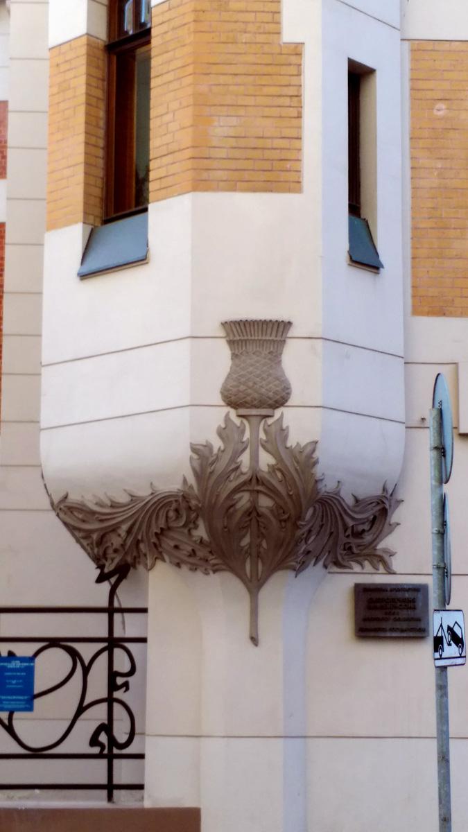 Основание эркера украшено лепниной с изображением чертополоха.