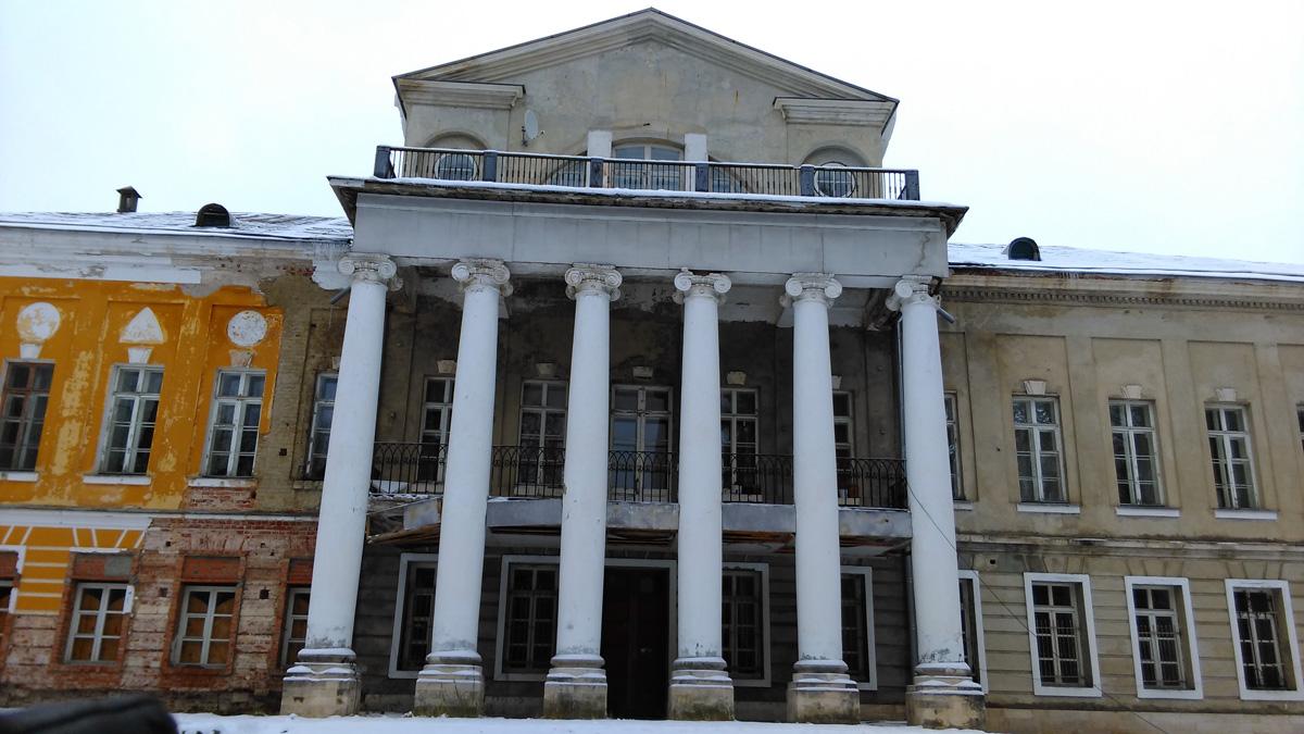 С другой стороны свадьбы и прочие приносящие деньги мероприятия не проводятся, что заметно по состоянию фасада.