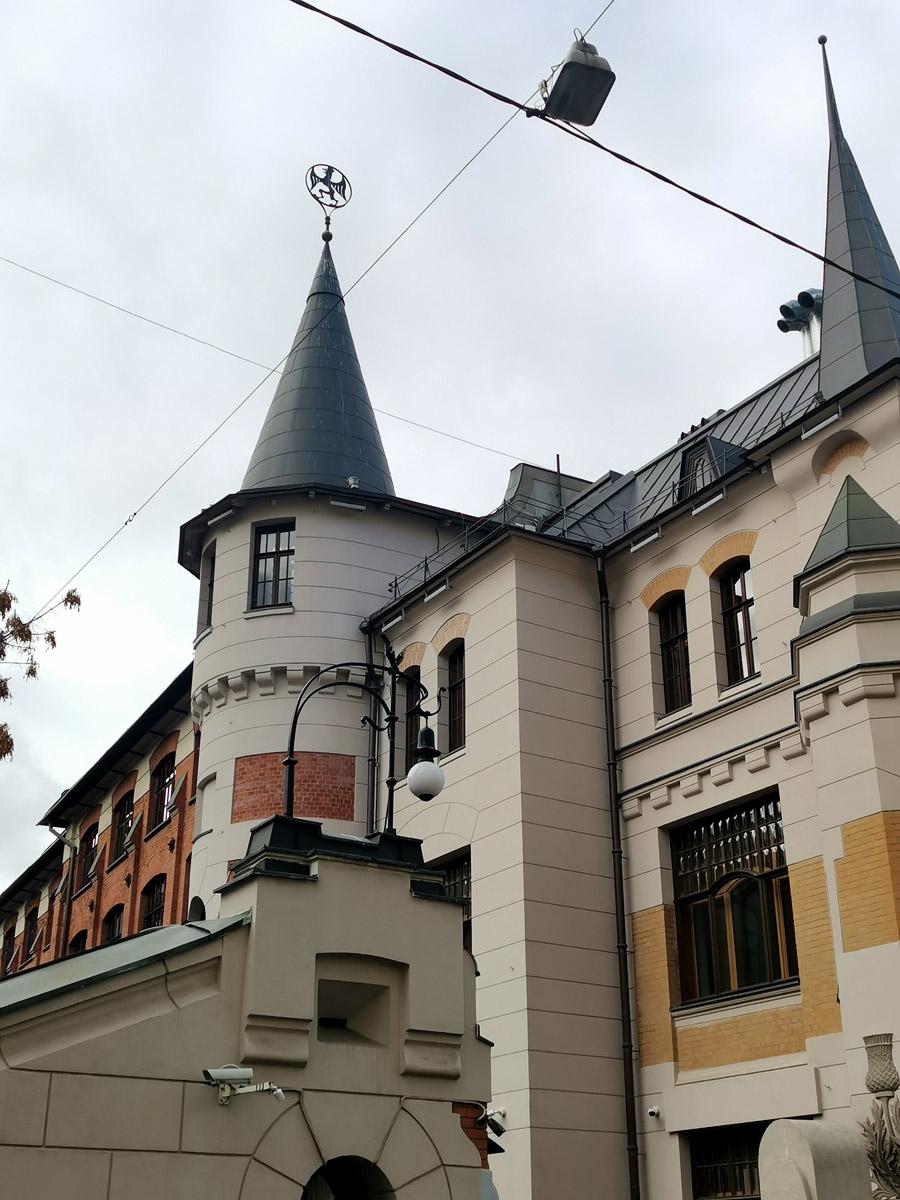 Грифон венчает готическую башенку.