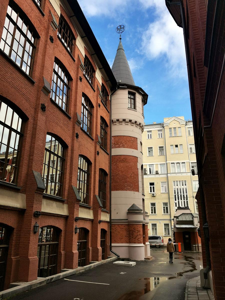 Башня визуально соединяет фасады конторы и производственного корпуса. Стилистически гармонируя с обоими строениями.