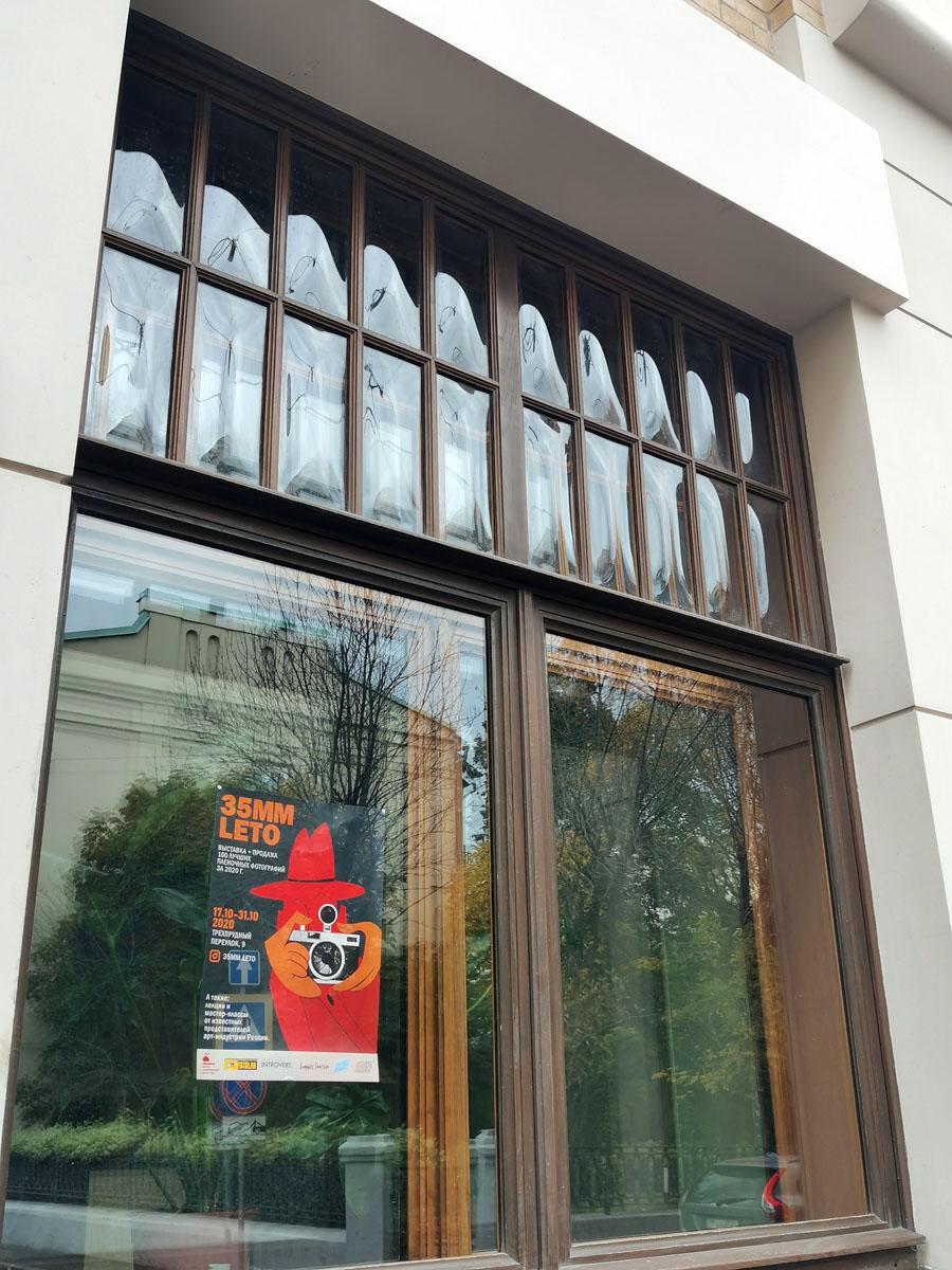 Красивая расстекловка окон с выпуклыми стеклами.