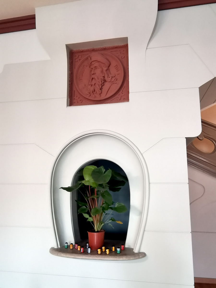 Окошко кассы в Гутенберговском холле типографии А. Левенсона. Над окошком барельеф Иоганна Гутенберга — немецкийого первопечатника, первого типографа Европы.