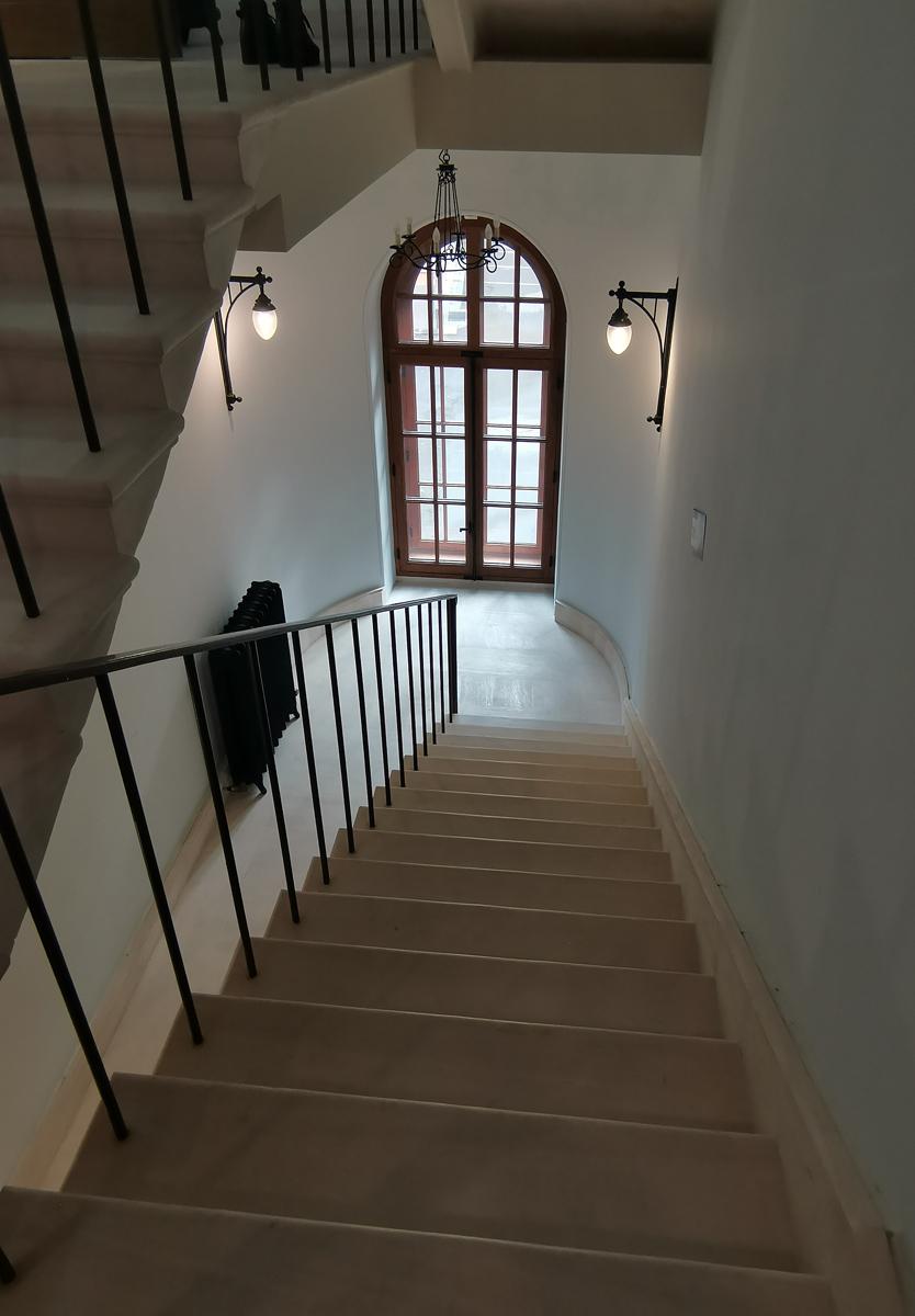 Лестница в готической башне скромнее, но зато она соединяет все этажи в отличии от парадной.