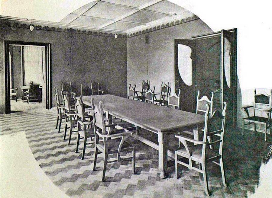 Комната для совещаний на втором этаже. Фотография 1903года. Камин сейчас сделан между дверью и дальним углом.