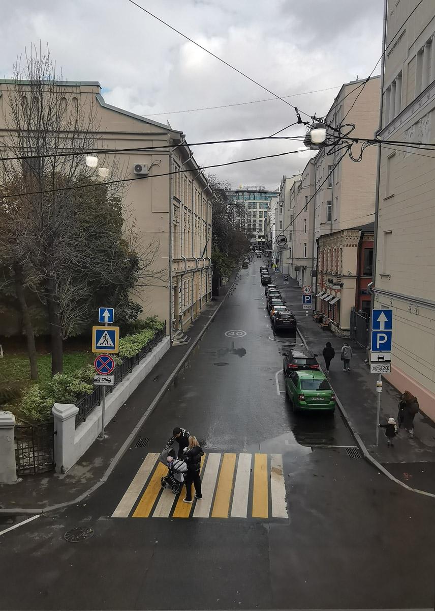 Вид из комнаты совещаний на Мамоновский переулок