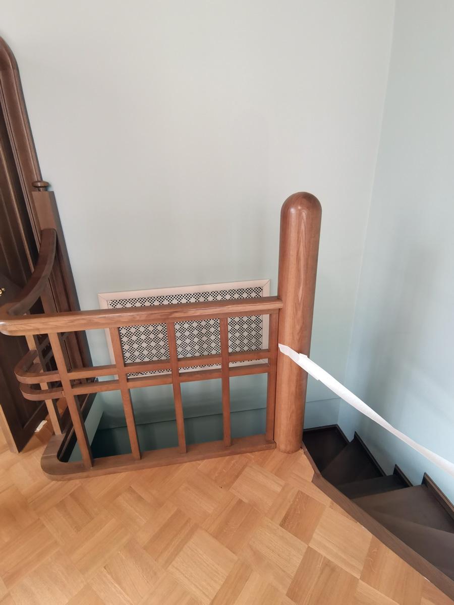 Винтовая лестница из кабинета Левенсона, ведущая в бухгалтерию.