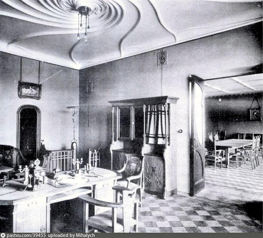 Видно, что столбик лестницы украшала лампа. А еще, что паркет в каждой комнате имел свой рисунок. И, конечно, сейчас без исторической мебели помещения выглядят пустовато.