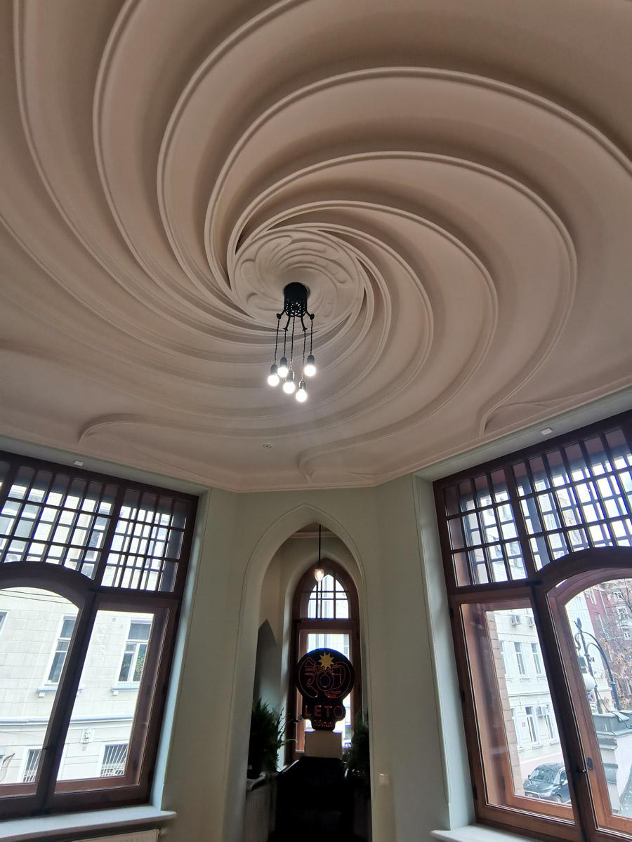 Знаменитый потолок со спиралью!