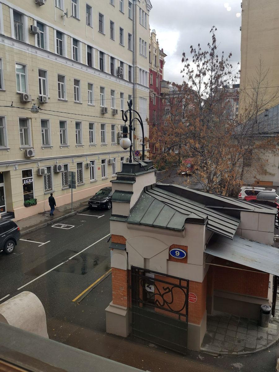 Вид из кабинета Левенсона на Трехпрудный переулок и здание сторожки.