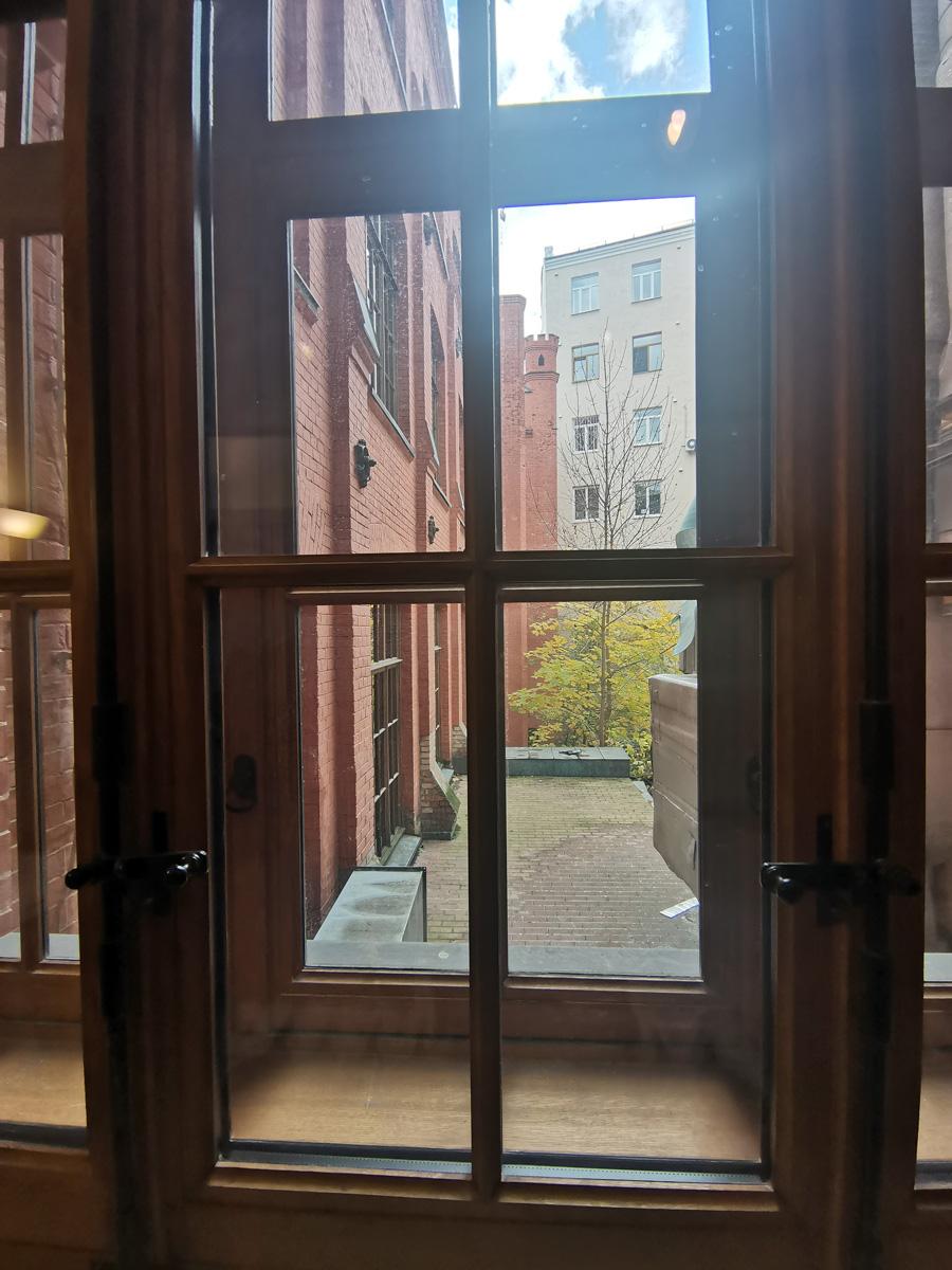 Вид из окна туалетной комнаты на производственный корпус.
