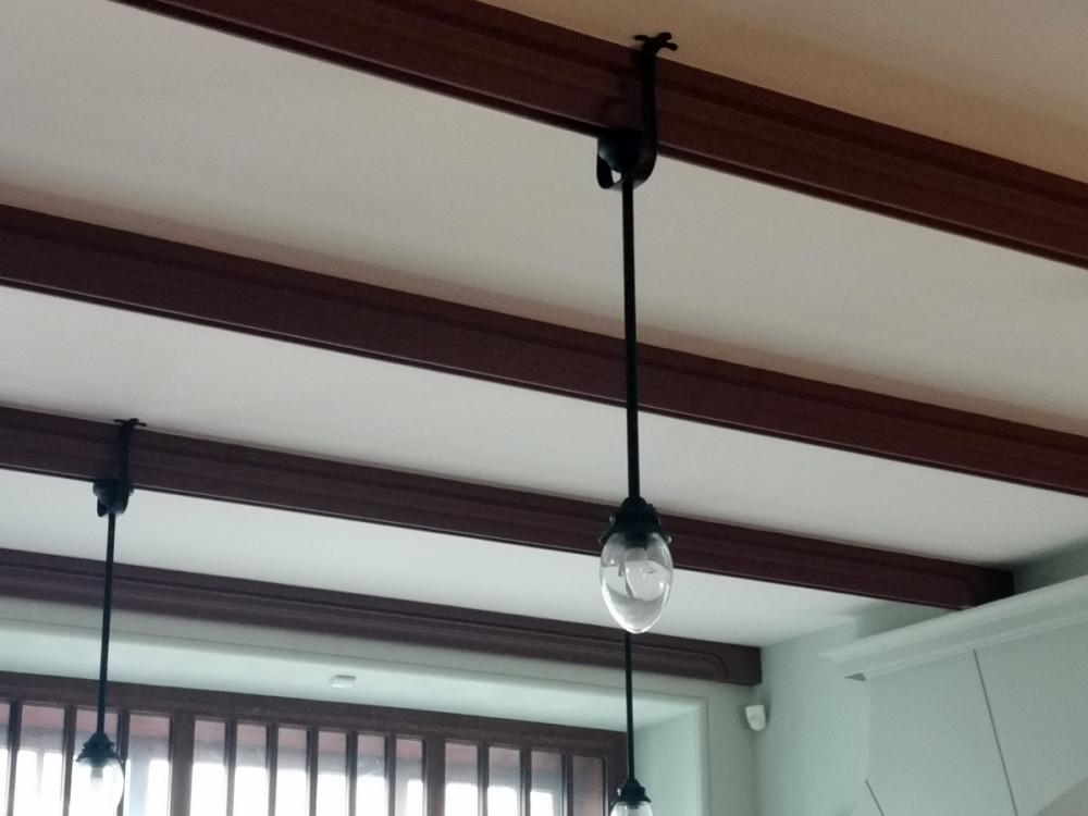 На потолочные балки добавлены светильники.