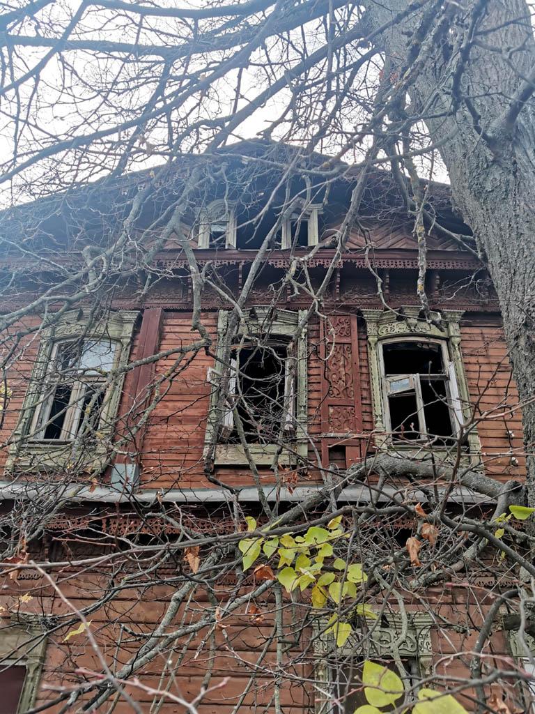Старинное здание с красивыми резными узорами...