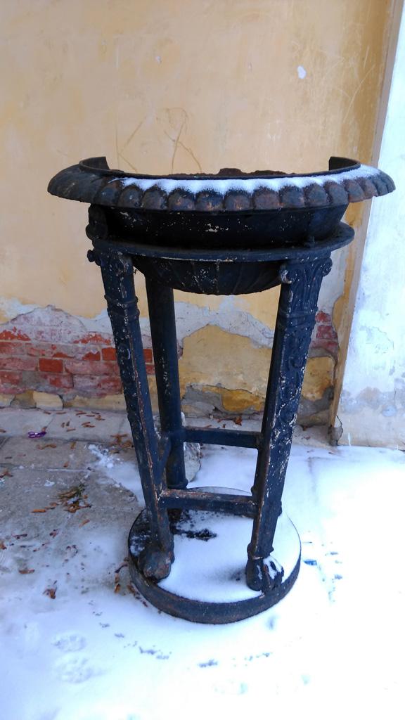 С двух сторон от входа в мавзолей размещались чугунные жертвенники-треножники, в которых замерли кованые языки пламени. Сейчас осталась одна и без пламени.