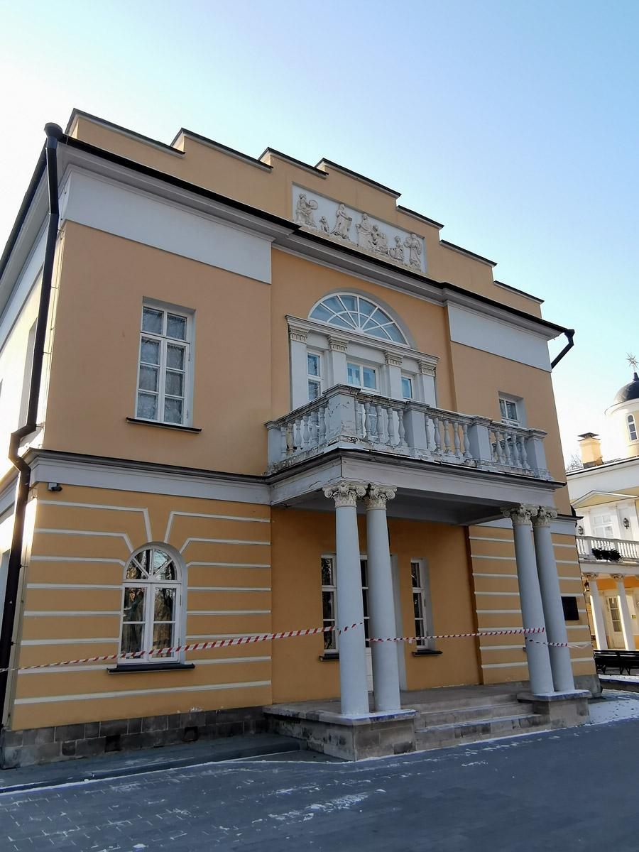 Бывший дом управляющего крепостным театром усадьбы Люблино.