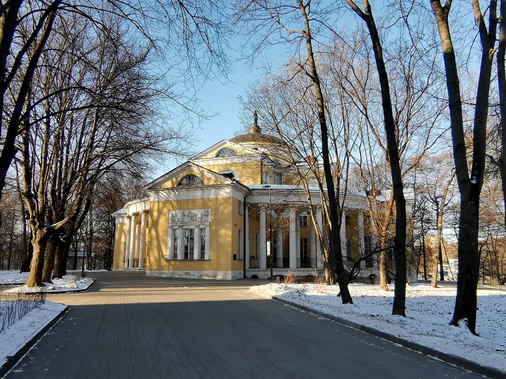 Самое интересное здание усадьбы - бывший дворец Н. А. Дурасова, конец XVIII – начало XIX вв., архитектор И. В. Еготов.