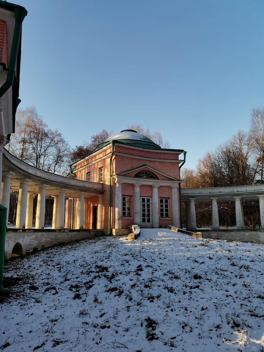 Первоначально здание сооружено в 1805–1806 гг. как птичник. Во время Отечественной войны 1812 г. все экзотические птицы, находившиеся на птичьем дворе, были убиты, увезены французами или съедены.