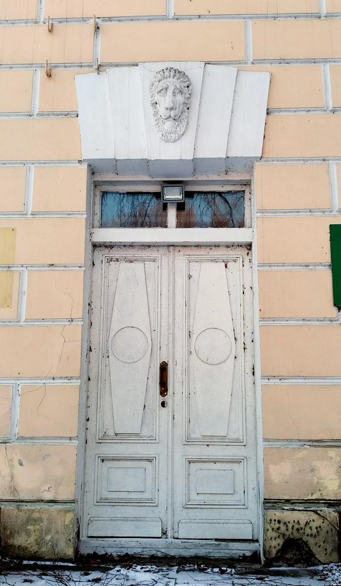 Конный двор. Сооружен в 1819–1823 гг. и включает здание конюшни, фуражные и каретные сараи, флигели, расположенные «П»-образно вокруг Музыкального павильона. Архитектор Доменико Жилярди.