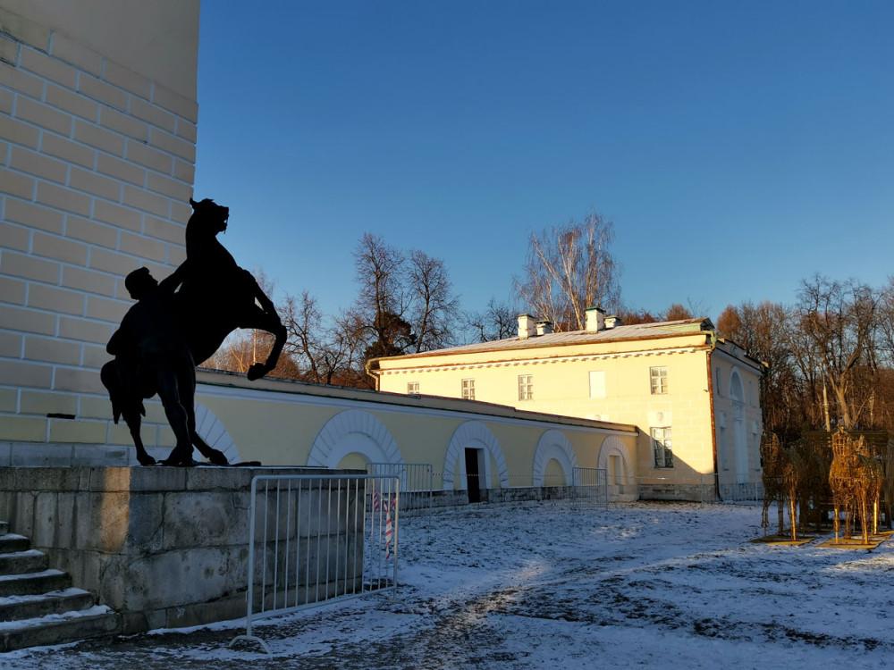 С 1846 г. павильон украшают чугунные скульптуры «Укротители коней», созданные по моделям П. К. Клодта. Павильон являлся сценой, где выступал оркестр роговой музыки.