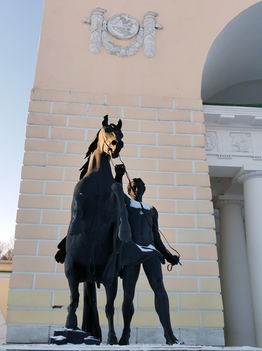 Кто был в Ленинграде, конечно, узнал эти скульптуры.