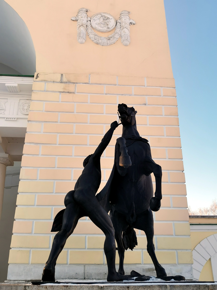 """Аничков мост украшают четыре скульптуры Укротителей Коней"""". Две из них скопированы и установлены перед Музыкальным павильоном."""