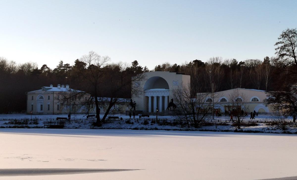Вид на Конный двор с противоположенного берега Верхнего Кузьминского (Мельничного) пруда.