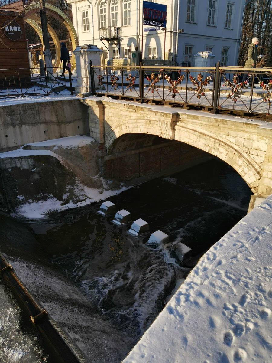 Мельничная плотина и мост на реке Чурилихе.