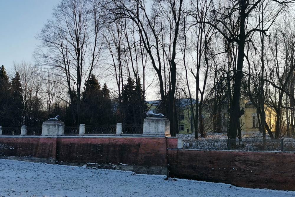 Опорная стенка рва и ограда усадьбы Кузьминки. Львы на столбах ограды демонстративно отвернулись...
