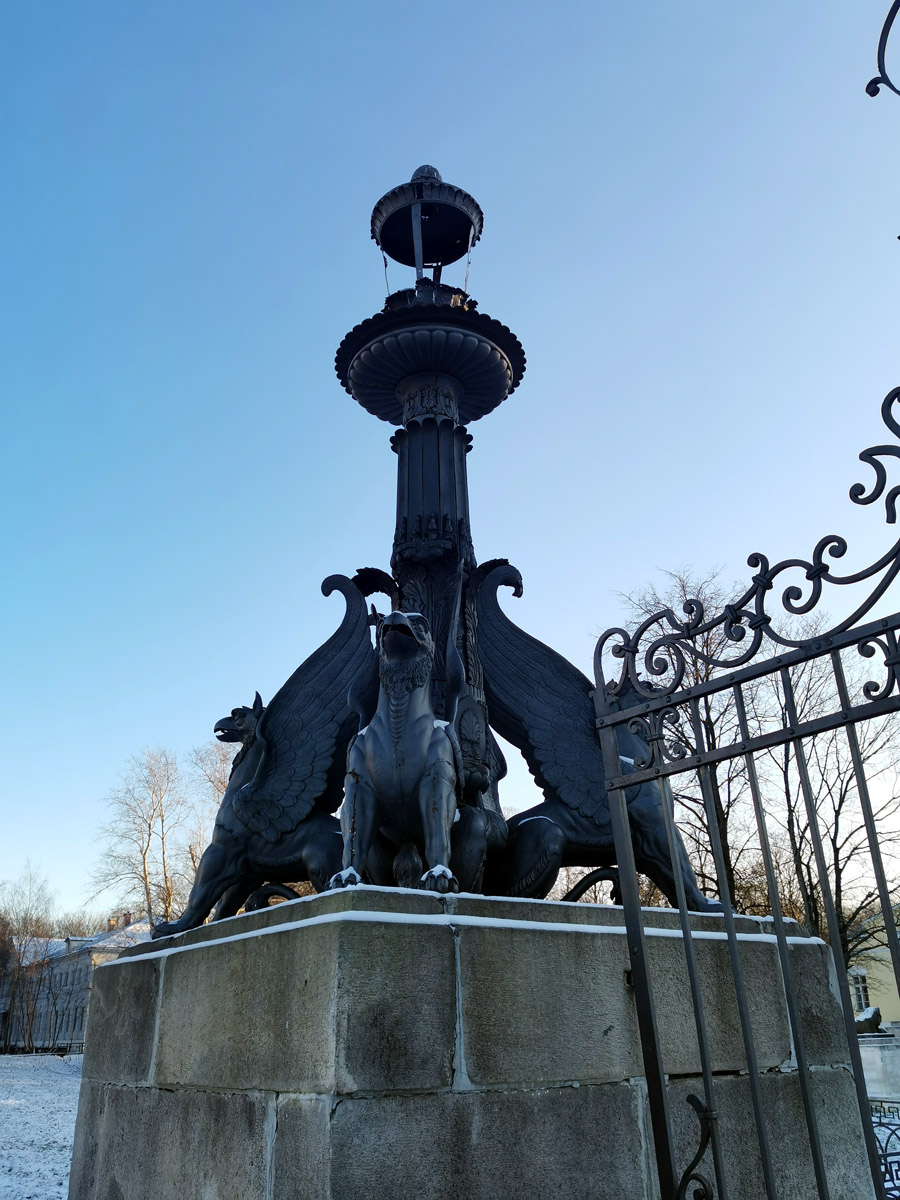 Грифоны единственный (помимо заново изготовленных коней Клодта) сохранившийся в усадьбе дореволюционный памятник чугунолитейного искусства заводов Голицыных.