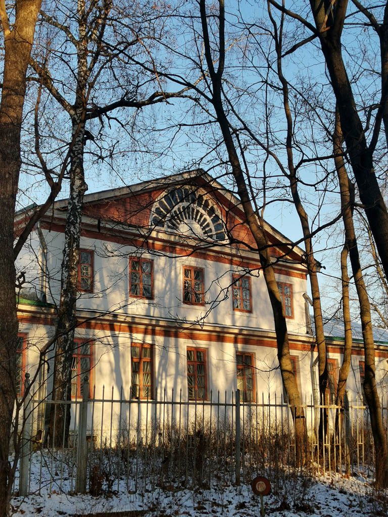 Голицынская больница. Здание построено в конце XVIII в. С 1816 г. здесь больница, принадлежала Голицыным, обслуживала княжеский двор и окрестные селения. С 1869 г. больница стала земской. В 1882 г. здесь умер от туберкулеза художник В.Перов. Сейчас в здании размещаются реставрационные мастерские.