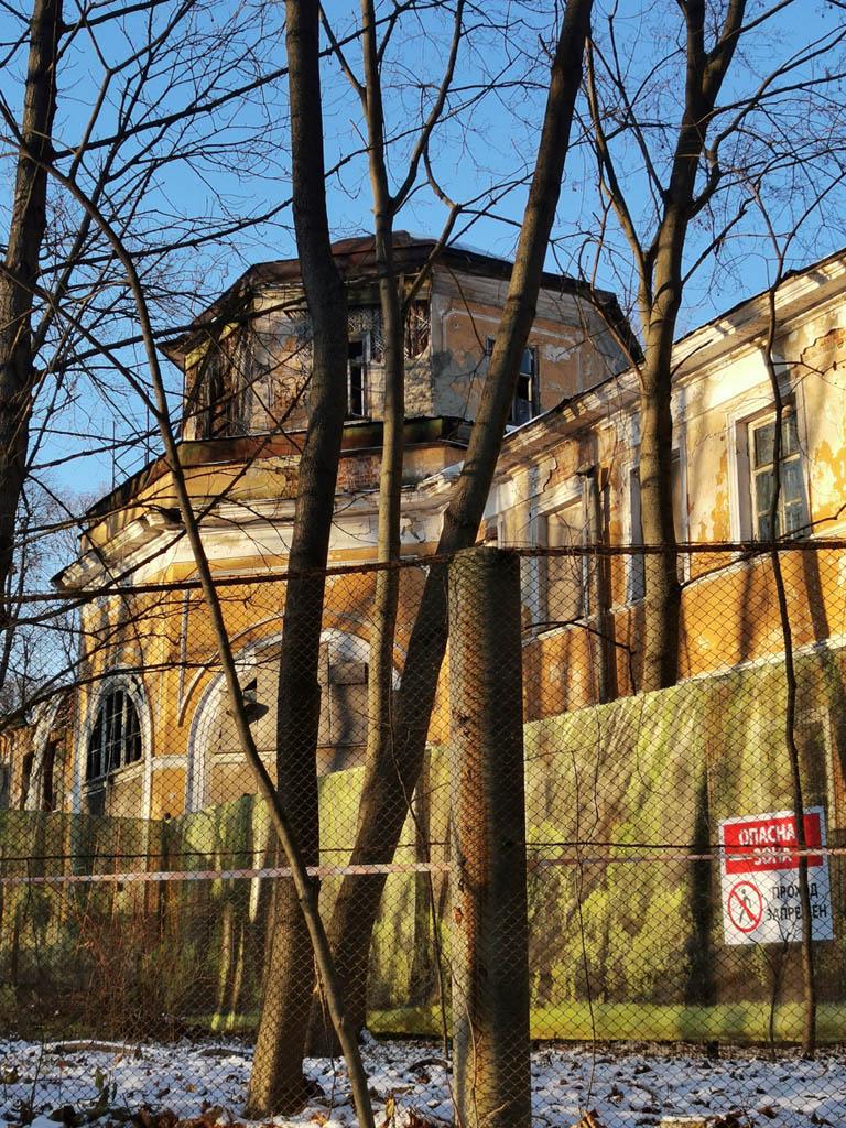 Померанцевая оранжерея. Архитекторы — Д. И. Жилярди, А. Г. Григорьев, А. О. Жилярди, 1815 г. Много лет стоит и разрушается. Крыши нет.