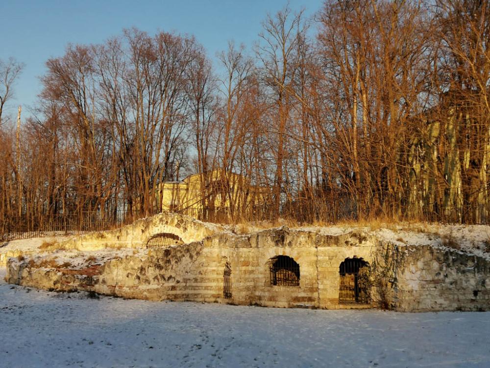 Гроты (архитектор Доменико Жилярди, 1-я треть XIX века) располагаются на берегу Верхнего Кузьминского пруда. Это небольшие искусственные пещеры в насыпном холме.