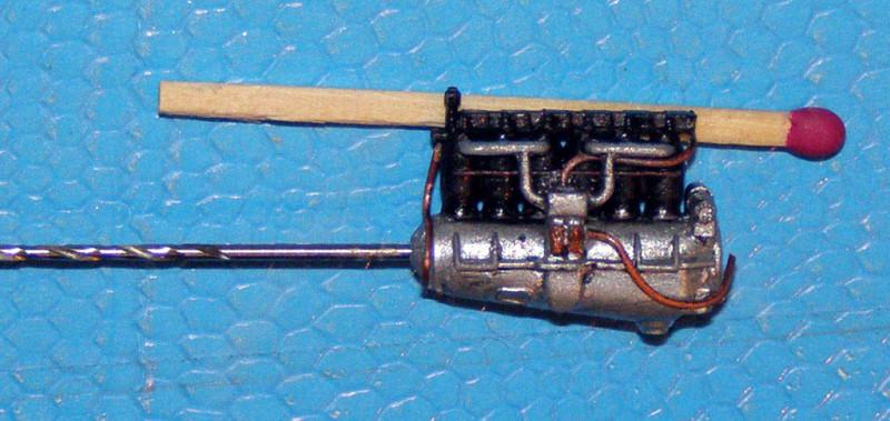 Двигатель из набора заменил на аналогичный из другого Роденовского набора, более позднего. Родной менее реалистичен и опять же – облой. Добавил несколько проволочек, покрасил, попачкал. Хотел было изобразить и электропроводку, но вовремя дал себе по рукам. На готовой модели этого все равно не будет видно, а время потрачу прилично.