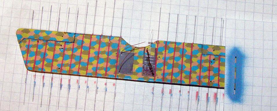 Хотел сначала приклеить киперные ленты нарезав их из лозенга. Но, во-первых, обрезков нижнего лозенга практически не осталось. Во-вторых, бороться с хрупким и неприлепаемым верхним тоже очень не хотелось. Поэтому ленты надул с помощью трафарета.