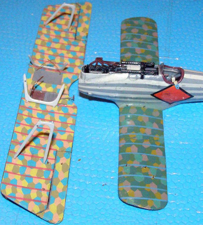 Из тонкой прозрачной пленки вырезал ветровой козырек. Справа от кабины сделал патронаж под сигнальные патроны из обрезков инъекционной иглы и декальной полоски. Приклеил пулеметы.