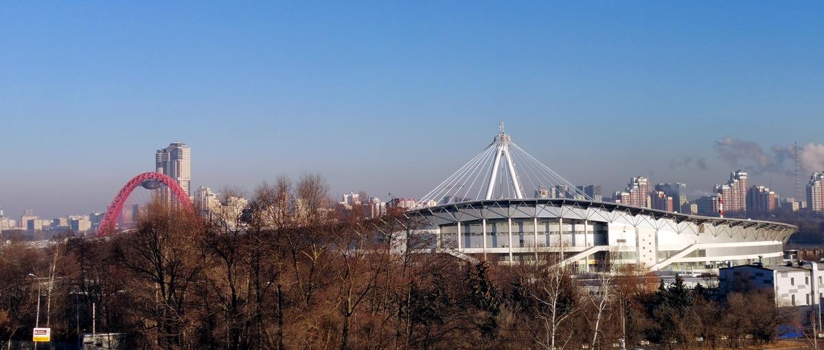 Справа Конькобежный центр спортивного комплекса «Крылатское». И это не еще один мост за ним, а вантовая система удержания крыши центра.